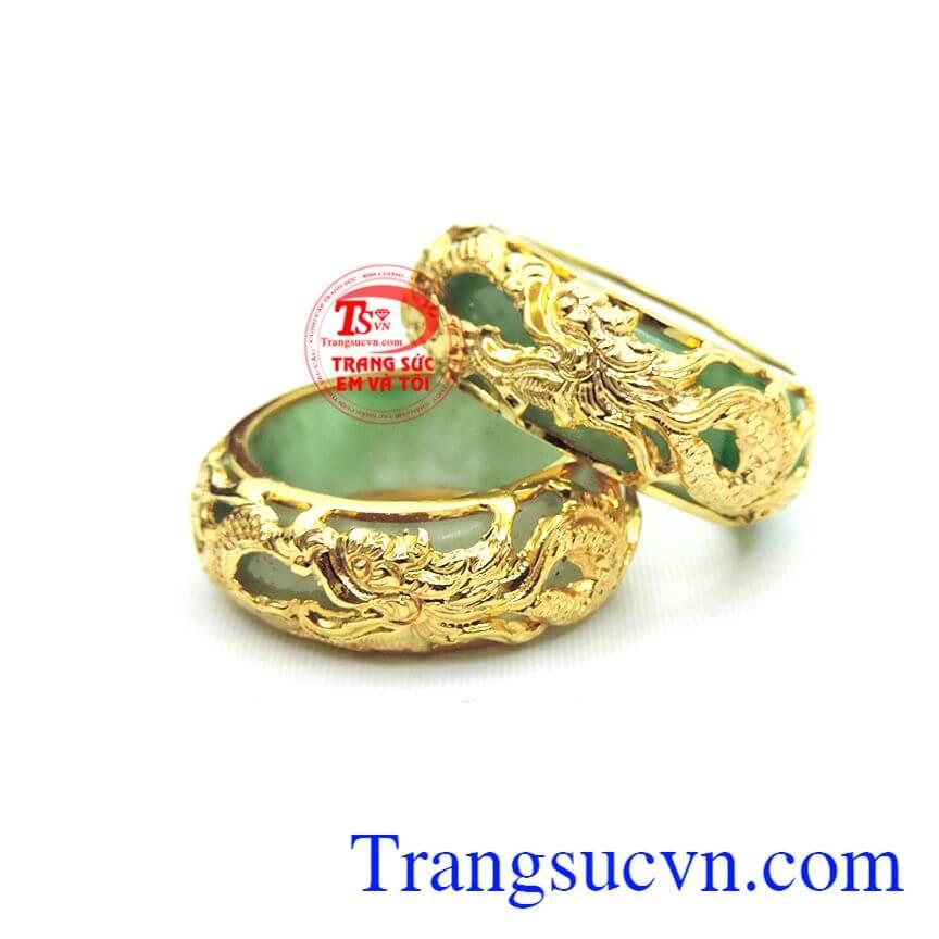Nhẫn rồng vàng bọc đá cẩm thạch mang đến cho người đeo sản phẩm sang trọng và độc đáo.