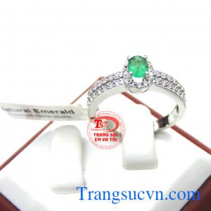 Nhẫn vàng emerald nữ tinh tế