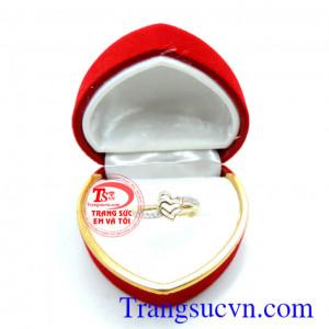 Chiếc nhẫn trái tim vàng lồng tình yêu