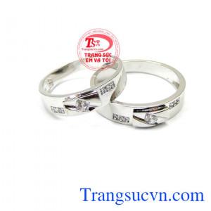 Nhẫn cưới sánh bước bên nhau