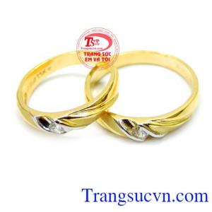 Đôi nhẫn cưới cảm xúc yêu thương trong tình yêu, sắc vàng được coi như biểu tượng của tình yêu đôi lứa thuần khiết và trong sáng, là khởi nguồn thăng hoa của mọi vẻ đẹp được thiết kế tinh tế, thanh lịch