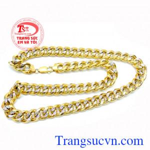 Chiếc dây chuyền vàng cho nam còn như một món trang sức giúp chủ nhân tự tin hơn trong các cuộc gặp với đối tác hoặc bạn bè, bạn gái