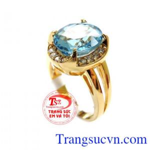 Chiếc nhẫn Topaz màu xanh nước biển