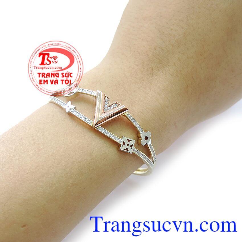 Vàng tây có độ bóng cao và độ cứng tương đối để tránh sự va chạm có thể khi đeo vòng tay vàng.