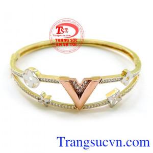 Vòng được làm bằng vàng tây vòng tay của nữ với dáng thết kế xinh xắn làm tôn lên cổ tay của bạn.