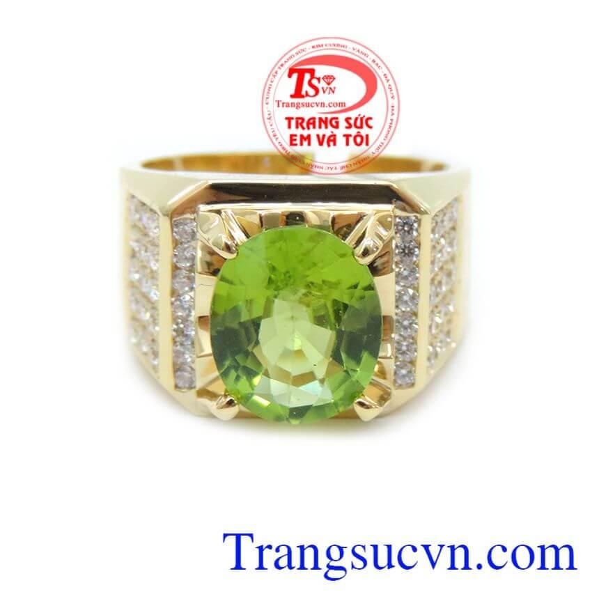 Viên đá chủ là đá Peridot màu xanh lá góp phần tạo nên sự tươi trẻ và tinh tế, mới lạ