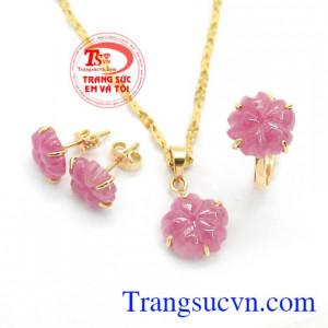 Bộ trang sức Ruby đẹp là bộ sản phẩm gồm hoa tai, mặt dây, nhẫn được chế tác từ ruby thiên nhiên,Bộ trang sức Ruby đẹp