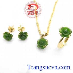 Bộ trang sức hoa hồng Nephrite là bộ sản phẩm bao gồm hoa tai, mặt dây chuyền,nhẫn,Bộ trang sức hoa hồng Nephrite