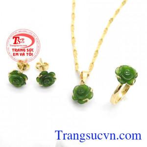 Bộ sản phẩm được chế tác từ ngọc nephrite thiên nhiên mang lại nhiều may mắn, sức khỏe cho người đeo,Bộ trang sức hoa hồng Nephrite