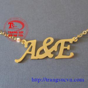 Mặt dây chữ A&E vàng tây
