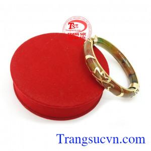 Ngọc cẩm thạch còn có tác dụng mang lại may mắn, bình an, giải trừ tà khí cho người đeo. Vòng Ngọc Bọc Vàng Bình An