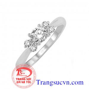 Nhẫn vàng trắng 5 viên kim cương