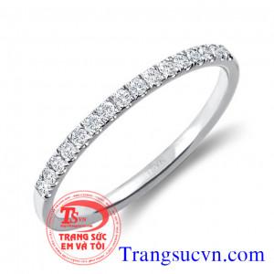 Nhẫn đính hôn tròn găn kim cương
