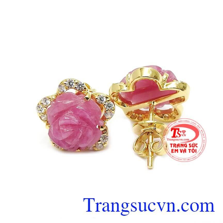 Sự kết hợp hài hòa giữa vàng tây và đá ruby tạo nên đôi boong tai sang trọng, tinh tế cho phái đẹp
