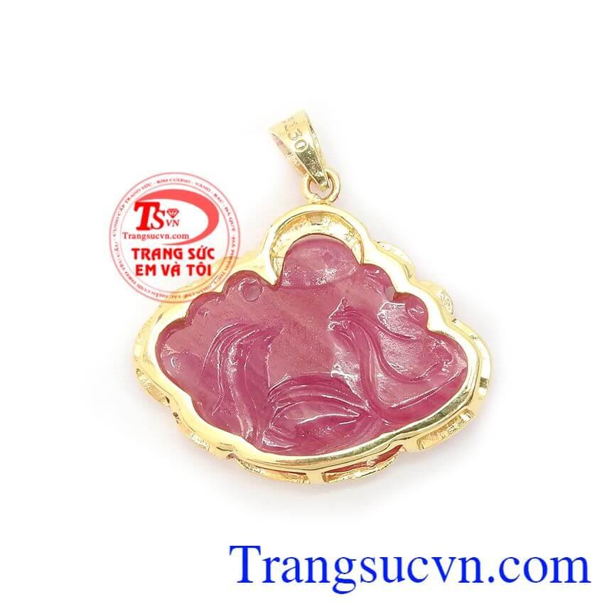 Mặt dây chuyền Ruby hình phật Di Lặc là biểu tượng mang lại vui vè, bình an và tài lộc cho người đeo, với đường nét mềm mại phù hợp với nhiều loại dây chuyền khác nhau