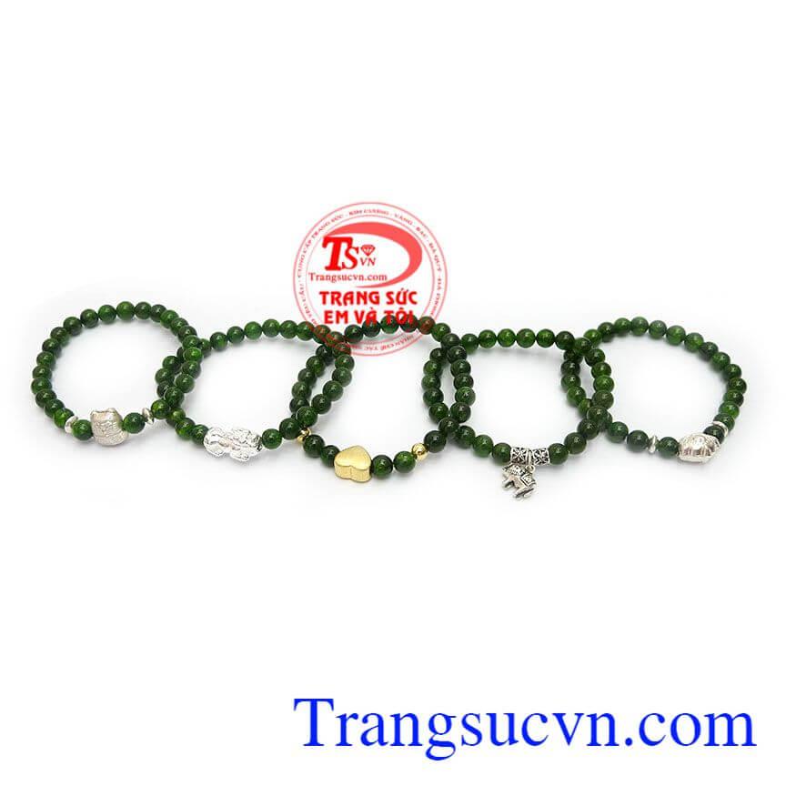 Chuỗi vòng tay diopside là sản phẩm đá thiên nhiên, màu xanh lá cây kết hợp cùng charm bạc hoặc charm bạc si vàng đẹp
