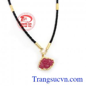 Bộ Dây Chuyền Ruby Bình An kết hợp giữa dây da bọc vàng và mặt dây Di Lặc Ruby thiên nhiên chất lượng cao, đeo hợp thời trang sang trọng và phong thủy