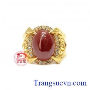 Mặt nhẫn được gắn đá nhân tạo hình oval giúp chiếc nhẫn thêm ấn tượng