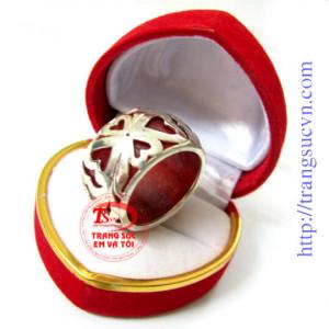 Nhẫn ngọc đỏ bọc hoa văn nhỏ