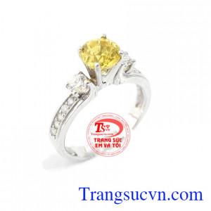 Nhẫn vàng kim cương và saphir vàng là sản phẩm nhẫn vàng trắng sang trọng kết hợp với saphir vàng thiên nhiên và kim cương thiên nhiên