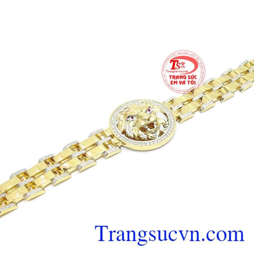 Với thiết kế kiểu đồng hồ, mặt dây tròn hình sư tử dũng mãnh thể hiện sự mạnh mẽ, quyết đoán của người đàn ông