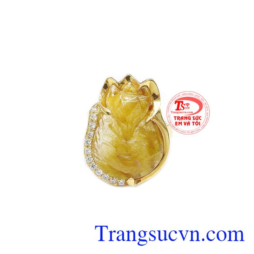 Nhẫn hồ ly thạch anh tóc may mắn được chạm khắc từ thạch anh tóc thiên nhiên với vàng tây 14k bền đẹp.
