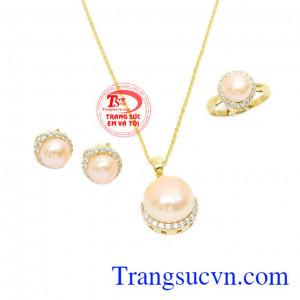 Ngọc trai hồng làm tăng phần thu hút cho bộ trang sức