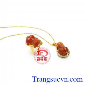 Bộ Trang Sức Đại Phúc Lộc là bộ ba kết hợp giữa dây chuyền, nhẫn Tỳ hưu cẩm thạch và mặt dây Tỳ hưu cẩm thạch bọc vàng bền đẹp, sang trọng và quý phái
