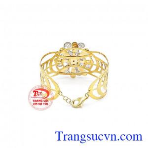 Sản phẩm là sự kết hợp của vàng hồng, vàng trắng và vàng màu