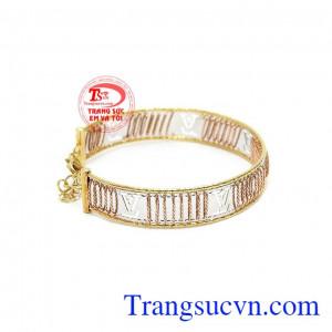 Sự kết hợp giữa vàng màu, vàng trắng và vàng hồng tạo nên một chiếc vòng tây rất đặc sắc