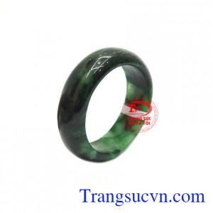 Nhẫn cẩm thạch thiên nhiên tài trí được chế tác kiểu bản hẹ, sang trọng và dễ dàng sử dụng.