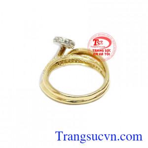 Sản phẩm kết hợp hài hòa giữa vàng trắng, vàng màu và đá Cz tạo nên chiếc nhẫn ấn tượng.