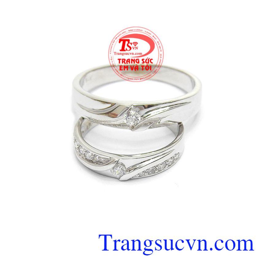 Sản phẩm nhẫn cưới được thiết kế sang trọng, vàng 14k sáng bóng