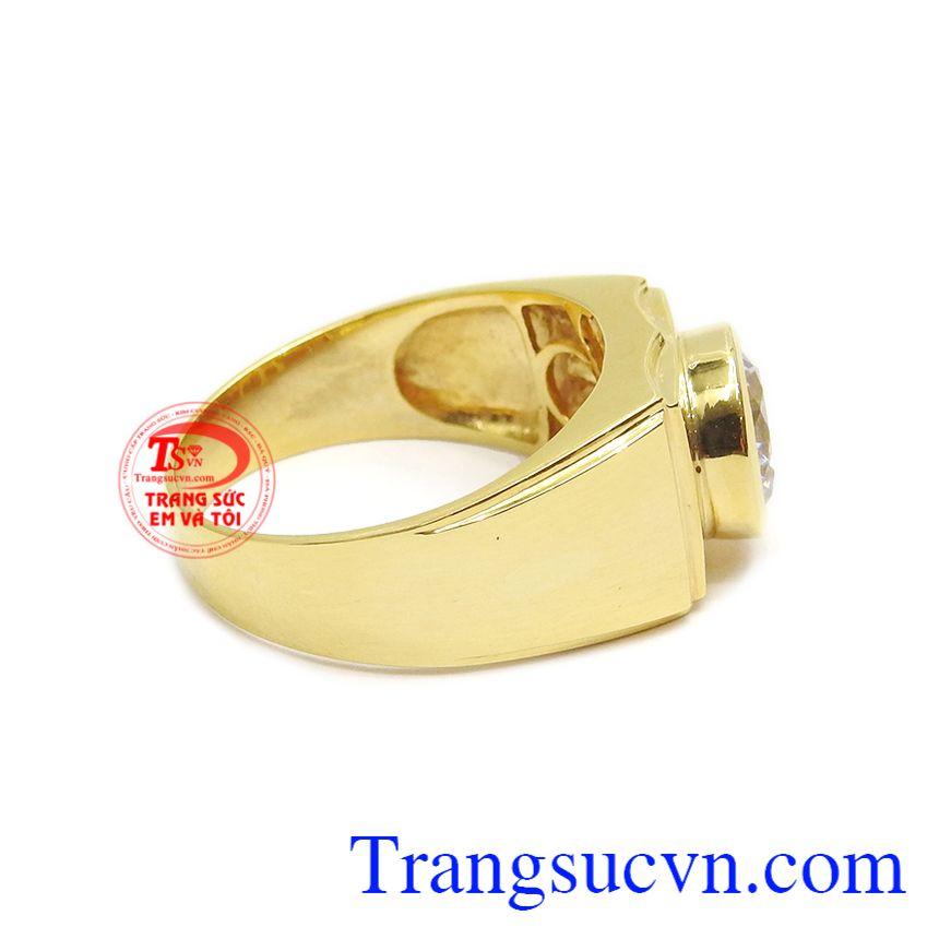 Đá Cz lấp lánh cũng được phối hợp cùng vàng màu tạo điểm nhấn cho chiếc nhẫn.