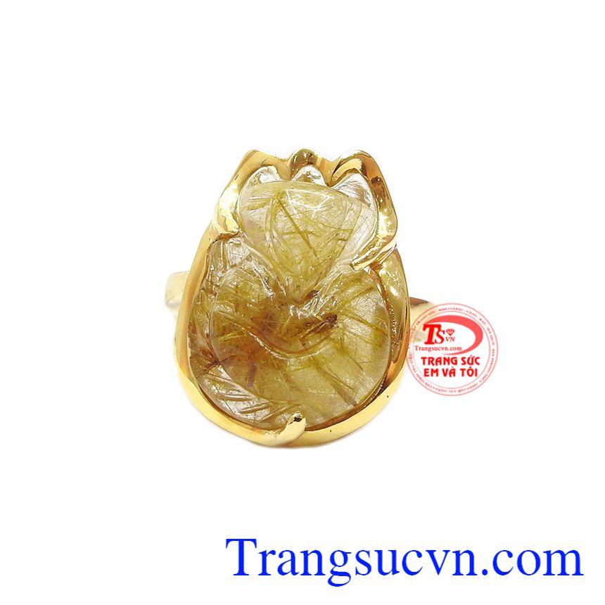Nhẫn hồ ly thạch anh tóc đẹp là sự kết hợp giữa thạch anh tóc và vàng tây 14k.