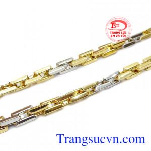 Sản phẩm kết hợp vàng trắng và vàng màu giúp nổi bật và ấn tượng hơn.