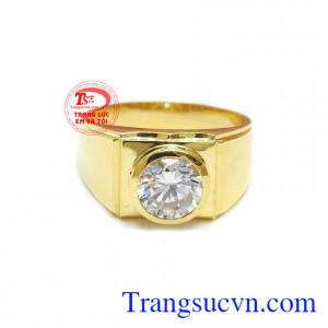 Nhẫn vàng 18k nam mạnh mẽ với các đường nét cơ bản, không quá nhiều chi tiết giúp chiếc nhẫn thể hiện cá tính của người đeo.