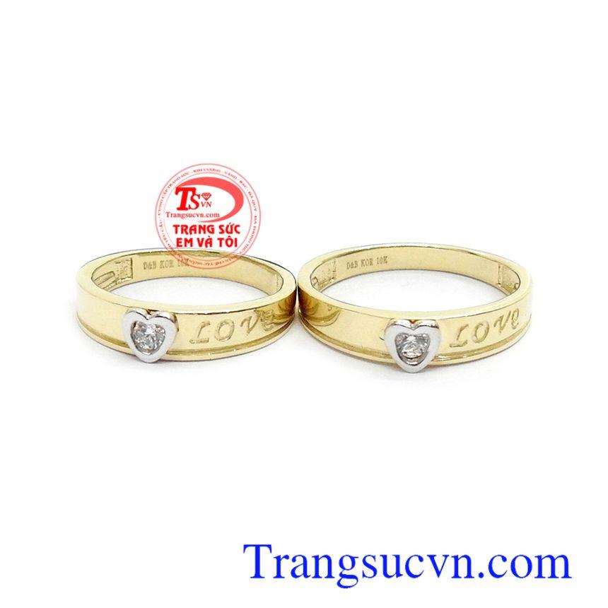 Nhẫn cưới chính là nhân chứng cho tình yêu của hai bạn, dù có đi đâu, dù có vui hay buồn thì vẫn cứ khăng khít bên nhau cho tới đầu bạc răng long
