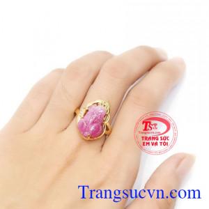 Nhẫn vàng màu tinh tế gắn tỳ hưu đá