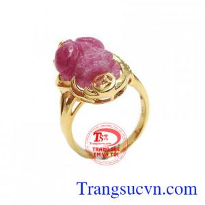 Nhẫn ruby tỳ hưu phú quý là sản phẩm đá ruby được chế tác hình tỳ hưu tinh tế, sắc nét, bọc vàng 14k sang trọng