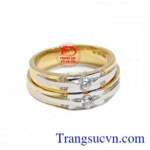 Sản phẩm được chế tác từ vàng 10k với sự kết hợp vàng trắng và vàng màu.