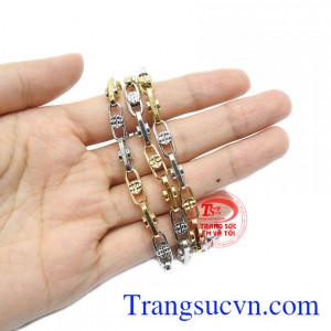 Sản phẩm có thể kết hợp cùng mặt dây vàng để thay đổi phong cách.