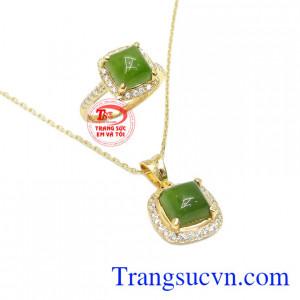 Bộ trang sức nepherite đẳng cấp được kết hợp từ mặt dây, dây chuyền và nhẫn.