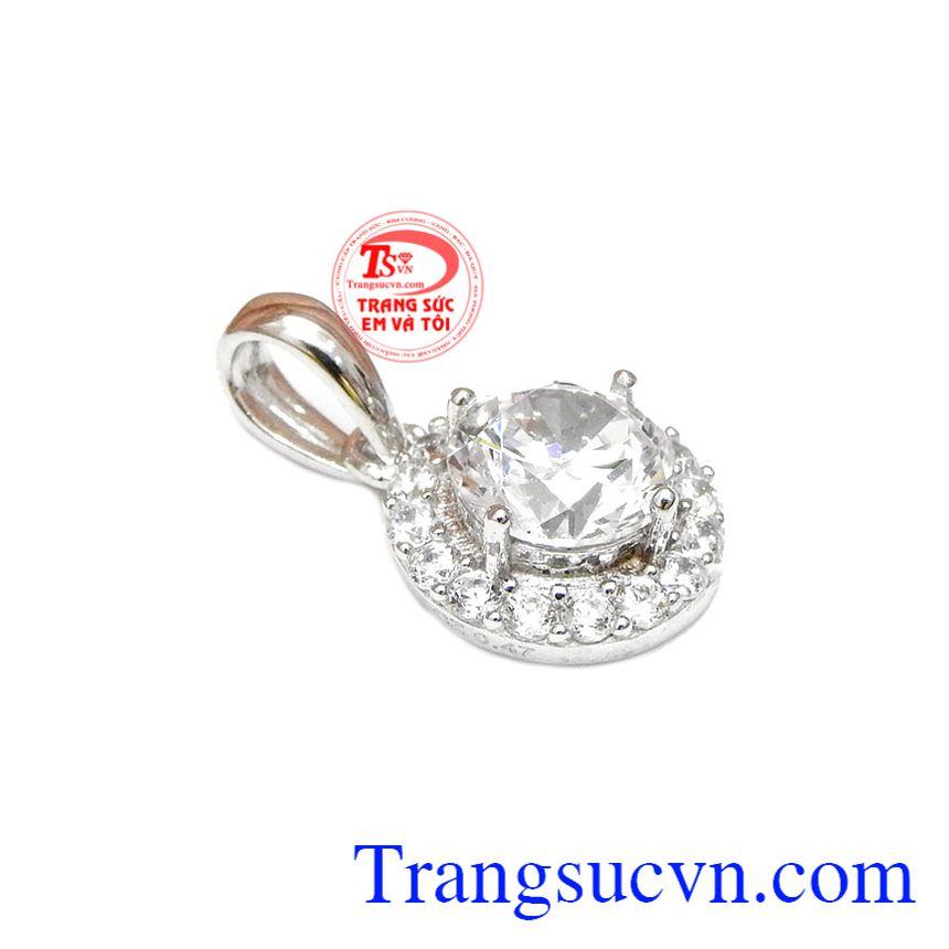 Mặt dây vàng trắng xinh đẹp dược thiết kế khá đơn giản nhưng không kém phần tinh tế.