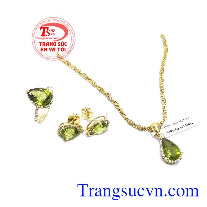 Đá peridot mang lại may mắn, sức khỏe, tình yêu cho người đeo, trong phong thủy đá peridot hợp mệnh hỏa và mộc