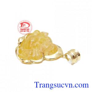 Mặt dây có thể kết hợp cùng dây chuyền vàng, dây cao su, dây da bọc vàng.