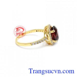 Granat mang ý nghĩa của sự giàu có, thịnh vượng và quyền lực thích hợp để dành tặng cho người thân của bạn.