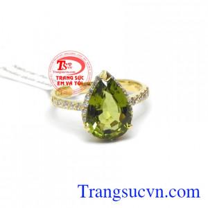 Đá peridot mang lại may mắn, sức khỏa, tình yêu cho người đeo, trong phong thủy đá peridot hợp mệnh hỏa và mộc