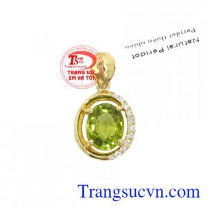 Mặt dây peridot dịu dàng là sản phẩm có gắn đá thiên nhiên, có giấy kiểm định đá