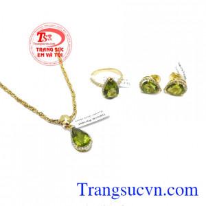 Bộ trang sức peridot may mắn là sản phẩm bộ dây chuyền được thiết kế tinh tế, sang trọng, kiểu dáng thời trang